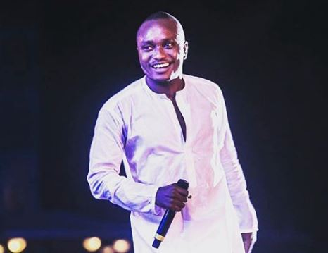 Brymo performs naked in the UK (VIDEO)