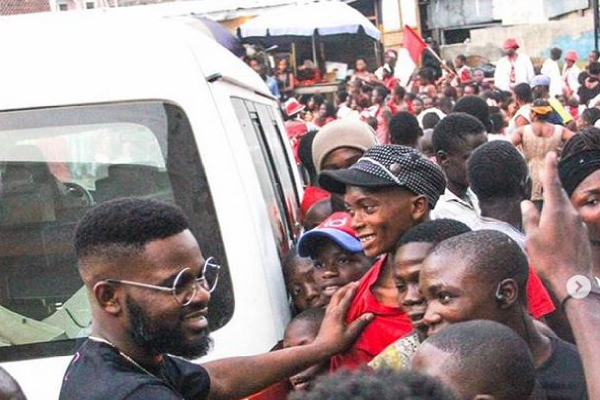 Falz shows love tonigeria by giving xmas gifts to the less previledge